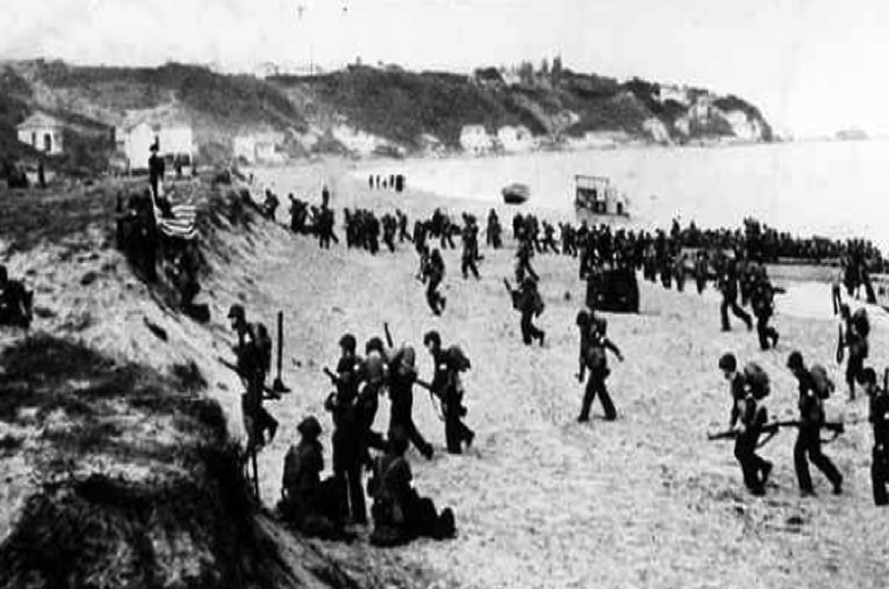 Image: Soldiers advancing on beach head